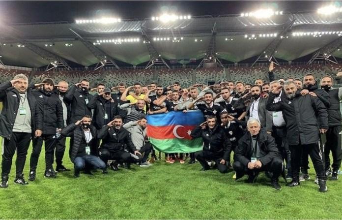 Equipo del Qarabag con su foto oficial en redes sociales, con la bandera, saludando militarmente.