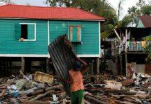 © WFP/Photolibrary: Un residente de Puerto Cabezas en Nicaragua limpia los escombros de su casa después del paso del Huracán Eta.