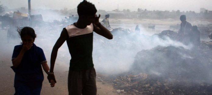 UNICEF/Khan La incineración de basura contribuye gravemente a la contaminación del aire y al calentamiento global.
