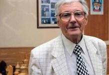 Eduard Dubov con una corbata con diseño ajedrez
