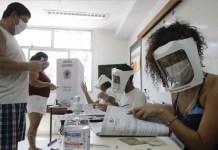 Las elecciones municipales de Brasil, el 15 de noviembre en primera vuelta y el 29 la segunda, se escenificaron con rígidas medidas de protección contra la covid. Los contagiados y los muertos por la pandemia sufrieron un gran repunte las últimas semanas en país, que se mantiene como el tercero en el mundo de personas afectadas por el coronavirus, detrás de Estados Unidos e India. Foto: Fernando Frazão/ IPS/ Agência Brasil