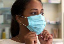 OMS / Elena Longarini: Para usar la mascarilla correctamente, la Organización Mundial de la Salud dice que hay que tirar de la parte inferior para que cubra la boca y la barbilla.