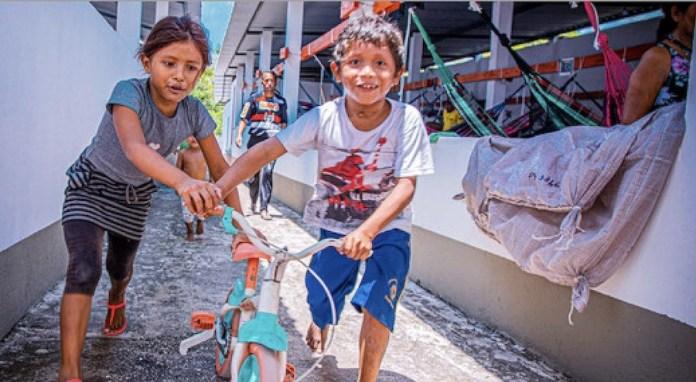 Niños venezolanos juegan en un albergue en Manaus, Brasil, uno de los países que ha acogido a cientos de miles de migrantes y refugiados del país vecino, para los que la ONU lanza un programa de asistencia a lo largo de 2021. © Felipe Irnaldo/Acnur
