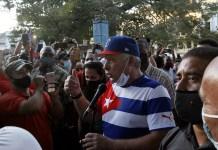 El presidente Miguel Díaz-Canel conversa con asistentes a un mitin convocado por jóvenes, artistas e intelectuales en apoyo al proceso revolucionario en el Parque Trillo del municipio de Centro Habana, a fines de noviembre. © Jorge Luis Baños /IPS