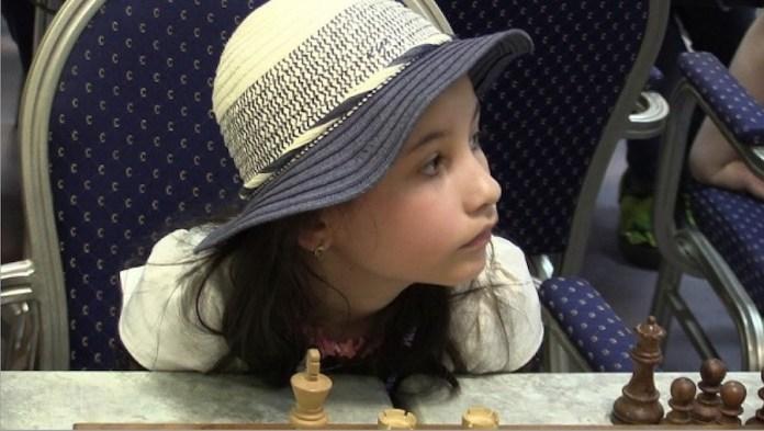 Agáta Berkova ante un tablero de ajedrez