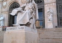 Monumento a Alfonso X en la entrada de la Biblioteca Nacional.