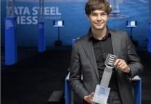 El holandés Jorden Van Foreest con el trofeo de ganador del Tata Steel Chess 2021