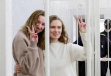 Katerina Bakhvalova (D) y Daria Shultsova en la sala de vistas del tribunal 18FEB2021