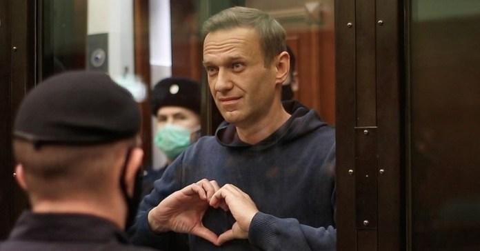 Navalny dibuja un corazón con las manos en la sala de juicios