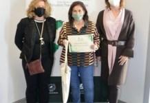 Pilar Iglesias Aparicio en el momento de recibir el Premio Kate O Brien en la sede de la AMZET