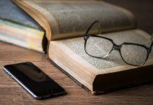 gafas libro y teléfono movil