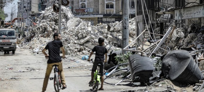 UNRWA/Mohamed Hinnawi: Un bloque de pisos en ruinas en la ciudad de Gaza tras un ataque aéreo israelí