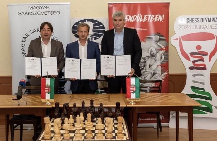 De izquierda a derecha: Laszlo Szabó, Arkady Dvorkovich y Attila Mihok, muestran el contrato firmado.