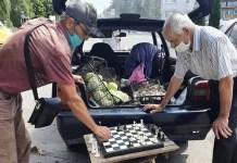Ucrania: partida improvisada de ajedrez