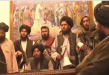 Talibanes en la mesa presidencial en Kabul