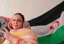 Sultana Jaya ante una bandera saharaui