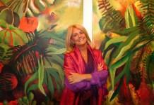 Susana Rodríguez ante un cuadro de la Serie Herbarios