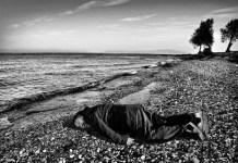 Ai Weiwei posa como el pequeño Aylán, ahogado en una playa de Turquía cuando escapaba de Siria
