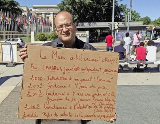 Ali Lmrabet en la Plaza de las Naciones de Ginebra