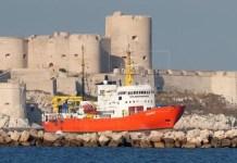 El Aquarius entra en el puerto viejo de Marsella