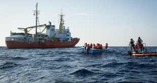 El Aquarius de SOS Mediterráneo en una acción de salvamento marítimo. Foto: Maud Veith