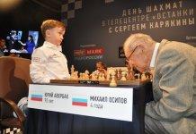 Averbach juega con el niño Misha Osipov (los carteles identificativos están intercambiados).
