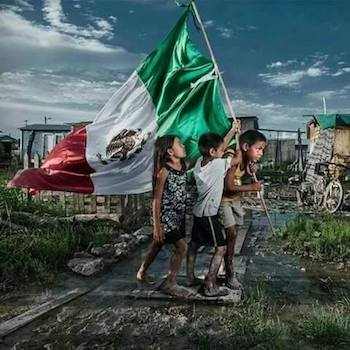 Niños mexicanos juegan con la bandera del país