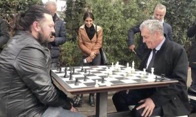 Bertrand Grollemound en la partida que inauguró las nuevas mesas ante el alcalde, Philippe Sauber (derecha)