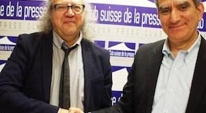 El presidente de la FIP, Jim Boumelha, y el director en funciones de Al Jazeera Media Network, Moustafa Souag, se felicitan tras la firma del Acuerdo Marco Internacional. © Tim Dawson