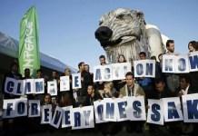 COP21: Greenpeace coloca un oso polar para reivindicar el medio ambiente natural