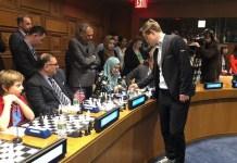Carlsen juega en la sala de Naciones Unidas.