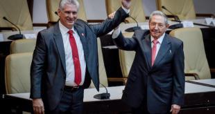 Miguel Díaz-Canel (I), nuevo presidente de Cuba, y su antecesor, Raúl Castro, quien se mantiene como primer secretario del Partido Comunista, saludan con sus brazos entrelazados durante la clausura de la sesión parlamentaria en que se produjo en relevo en la cúpula del país. Crédito: Jorge Luis Baños/IPS