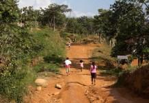 Una familia indígena corre a resguardarse en la comunidad de Cedror, en el territorio indígena de Salitre, en Costa Rica, el 6 de julio de 2014, temerosa de ser atacada por productores que ocupan su tierra, después que estos habían quemado sus casas y pertenencias un día antes. Crédito: David Bolaños/IPS