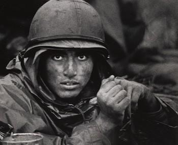 US Marine dentro del cono de fuego en Con Thien, septiembre / octubre de 1967.