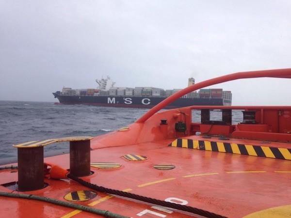 Fotografía del remolcador Don Inda acercándose al portacontenedores MSC Ajaccio