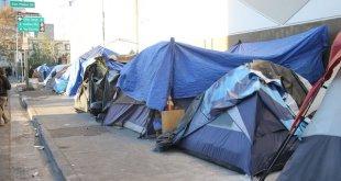 EEUU: la pobreza extrema presente en las tiendas de indigentes en las calles