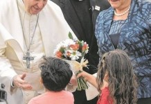 El papa Francisco recibido por la presidenta Bachelet a su llegada a Santiago de Chile.