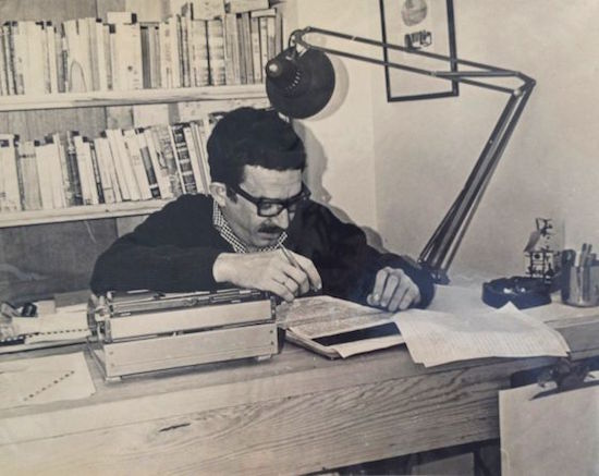 García Márquez revisa manuscritos. Foto: Universidad de Texas