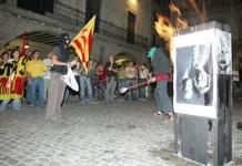 Girona 2007, manifestantes queman una foto de los reyes Juan Carlos y Sofía