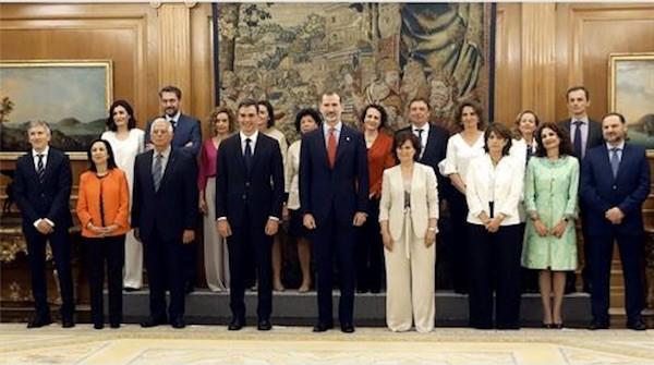 El nuevo gobierno presidio por Pedro Sanchez tras prometer sus cargos ante Felipe VI