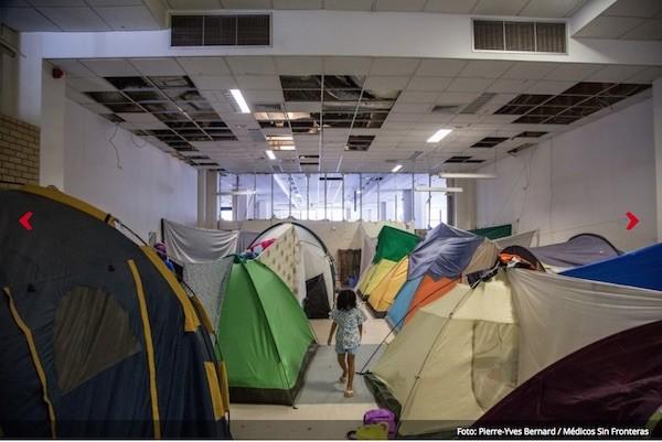 Más de 1300 hombres, mujeres y niños se encuentran en la antigua terminal del aeropuerto de Elliniko, donde las condiciones de vida son deplorables