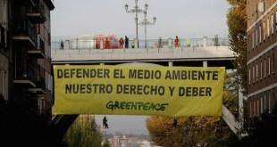 Nueve activistas de Greenpeace despliegan una pancarta de 126m2 en el centro de Madrid para reivindicar el derecho a la defensa del medio ambiente.
