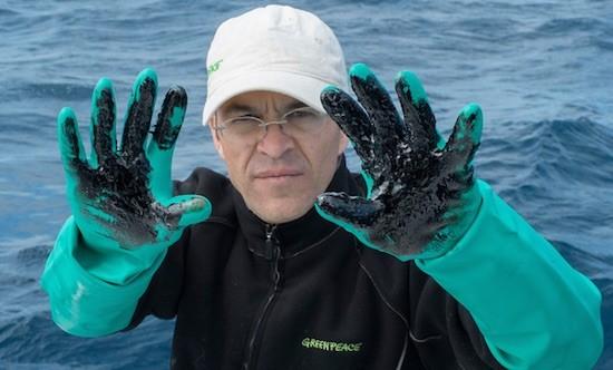 Miembros de Greenpeace y de la Facultad de Ciencias del Mar en la Universidad de las Palmas han recogido muestras del vertido para su posterior analisis en el punto en el que se ha hundido el pesquero Oleg Naydenov. © Greenpeace Handout/ PEDRO ARMESTRE