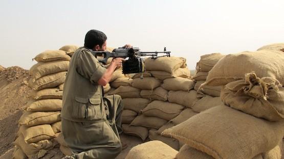 Un guerrillero del Partido de los Trabajadores del Kurdistán, el PKK, mantiene su posición en Nouafel, una aldea árabe al oeste de la ciudad de Kirkuk, en el norte de Iraq. Crédito: Karlos Zurutuza/IPS