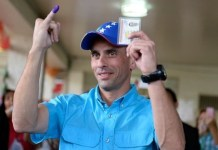 Henrique Capriles, líder del ala moderada de la oposición, actual gobernador de Miranda (centro), deposita su papeleta electoral el 6 de diciembre de 2015.