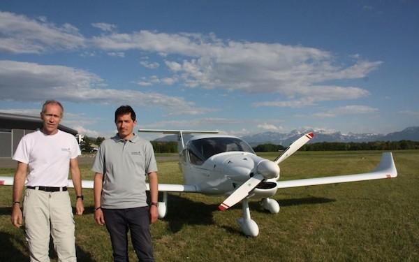 """Jose Benavente y Benoit Micolon delante de su avión """"colibrí"""""""