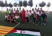 Jugadores de la selección saharaui y de la UD Puçol, junto a la alcaldesa y la representante saharaui en la Comunidad Valenciana.