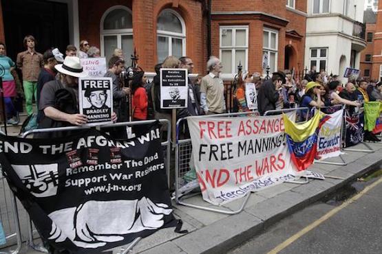 Ciudadanos de varias nacionalidades se han apostado en las afueras de la embajada ecuatoriana en Londres para expresar su respaldo a Assange y exigir que se detenga la persecución contra él. Foto: Cancillería Ecuador