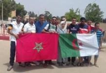 Manifestantes posan con las banderas de Marruecos y Argelia