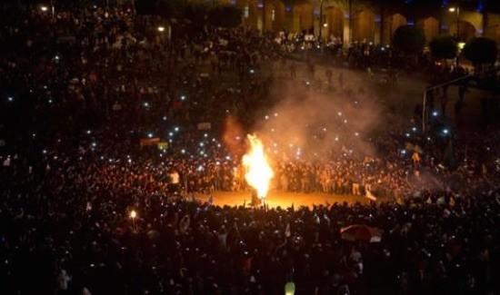 Decenas de miles de personas se congregaron en la emblemática plaza del Zócalo de México D.F. este jueves. Foto: Telesur